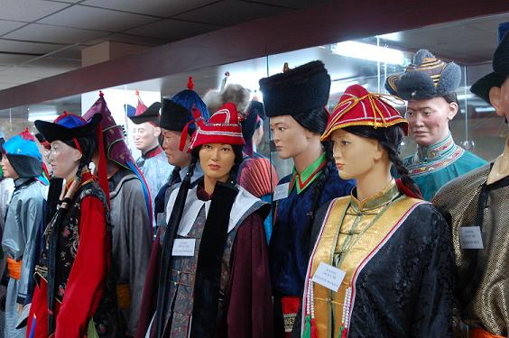 Poppen in traditionele Mongoolse kleding